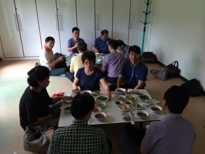 수도원 입구의 점심식사.JPG